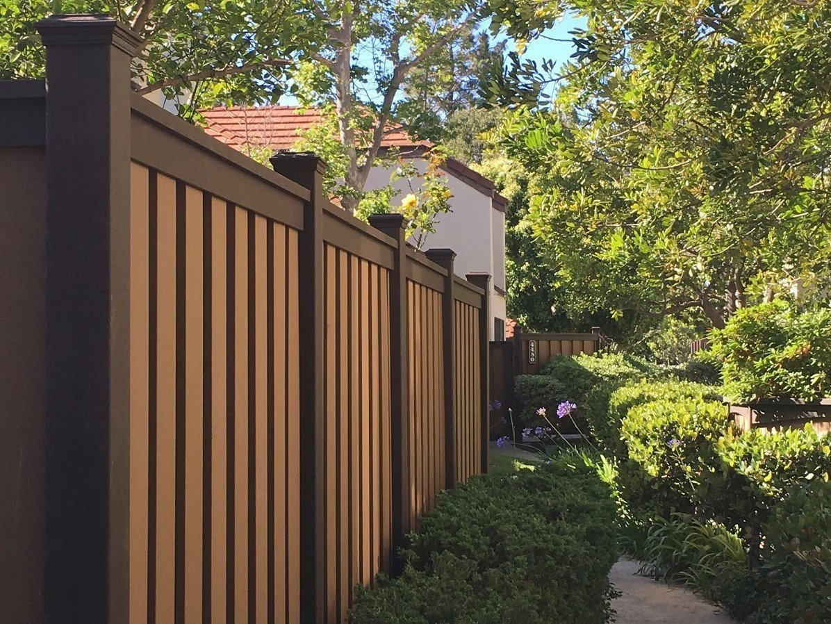 A picture of Trex Fencing at the Emerald Glen HOA in Los Angeles. The Trex post and rail color is Woodland Brown and the interlocking pickets are Saddle color.